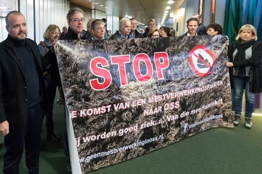 In 2017 ontvouwden tegenstanders van een grote mestverwerkingsinstallatie in Oss een alleszeggend spandoek in het provinciehuis in Den Bosch.