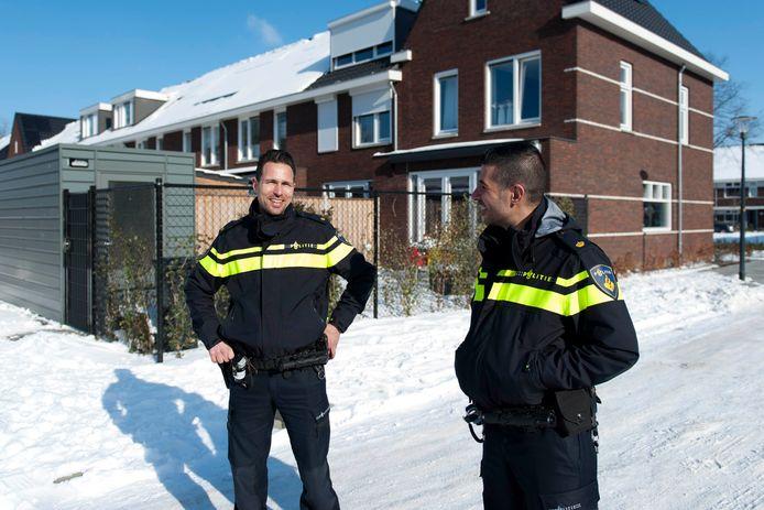 Joost Holterman (links) en Eren Balanan van de politie Deventer. De politie gaat zich minder bemoeien met burenruzies en verwarde personen