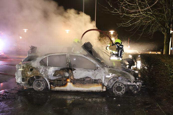 De brandweer blust na in Geldermalsen.