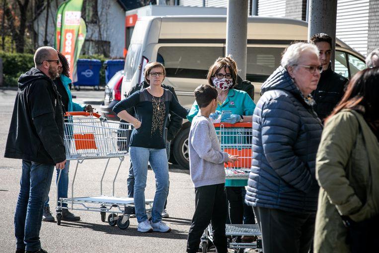 Verzorgend, verplegend en veiligheidspersoneelsleden hoeven in Kortrijk niet meer in de wachtrij te staan, als ze boodschappen willen doen. Ze krijgen vanaf deze week voorrang. Alle supermarkten doen mee (archiefbeeld).