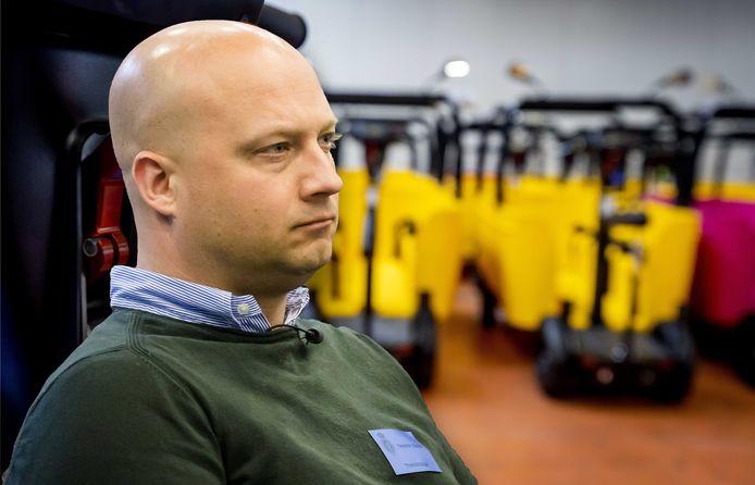 Edwin Renzen, directeur van Stint Urban Mobility. Op de achtergrond de nieuwe Stints.