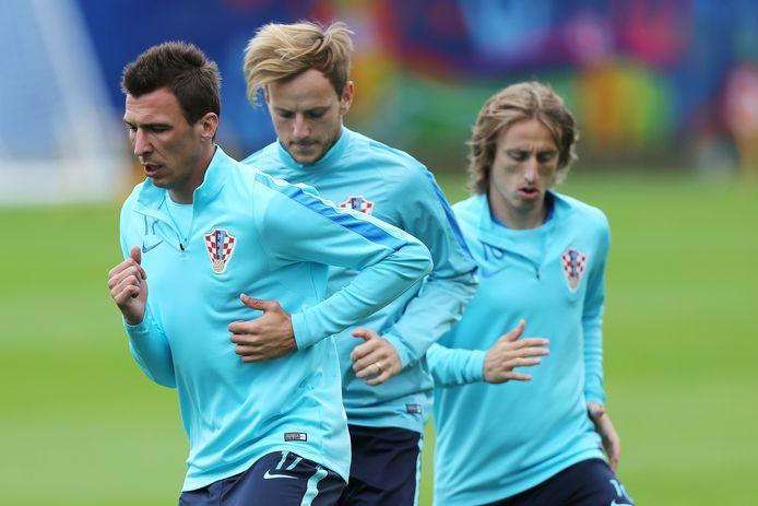 Mandzukic, Rakitic en Modric op training bij de Kroaten.