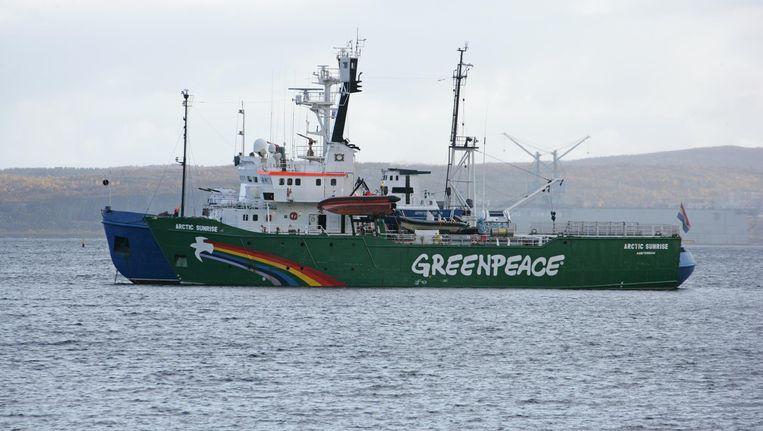 De Artic Sunrise wordt door de Russische kustwacht de haven binnen gesleept. Beeld AFP