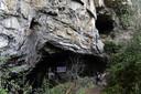 Ingang van de beroemde grot van Lombrives, in de Pyreneeën. Vijftien Fransen wonen 40 dagen lang voor een wetenschappelijk experiment in de grot.