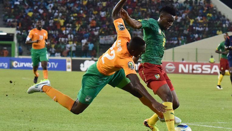 Verdediger Kanon van Ivoorkust (en ADO) in duel met Moukandjo van Kameroen. Beeld AFP