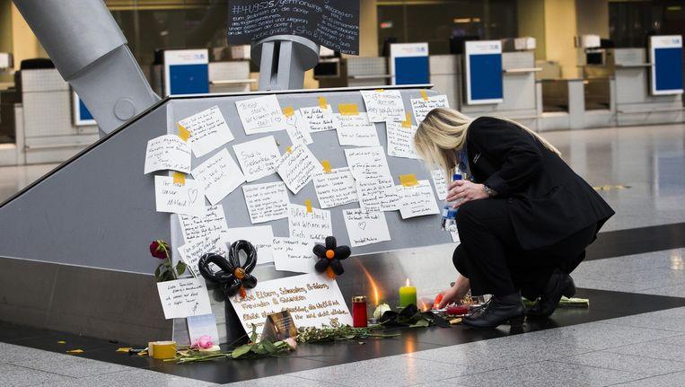 Herdenkingsplek in de vertekhal van het vliegveld in Dusseldorf een dag na de vliegtuigcrash van een Airbus van Germanwings in Frankrijk. Beeld anp