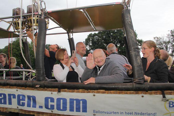 Jaap Mulder (80) uit Millingen gaat voor het eerst in zijn leven op ballonvaart. Hier bij vertrekt van uit het Goffertpark in Nijmegen.