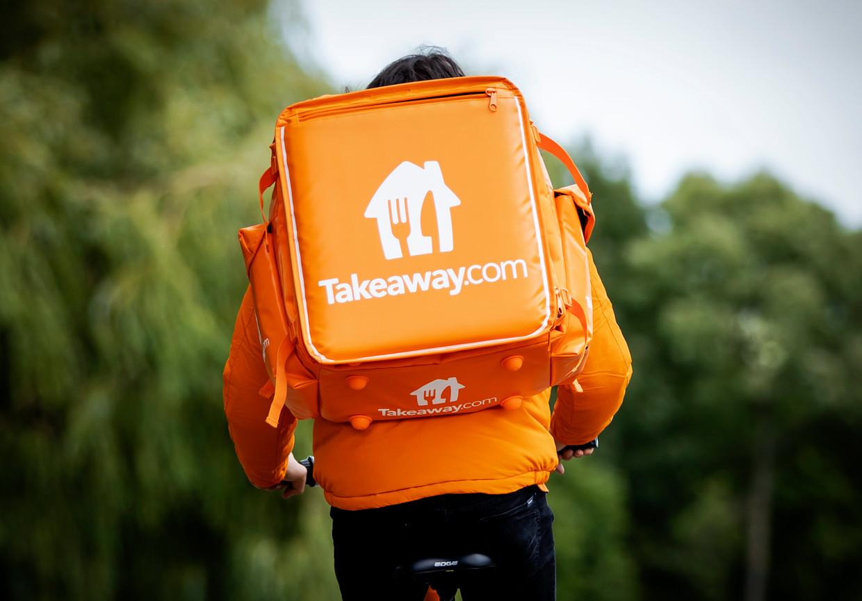 De oranje kleding van maaltijdbezorgingsdienst Thuisbezorgd.nl, onderdeel van Just Eat Takeaway, wordt tot nu toe het vaakst aangeboden als 'avondklok proof' op marktplaats.nl. Beeld ANP