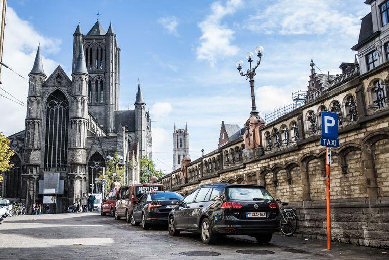Een man gooide vanop de Sint-Michielsbrug een flesje naar een taxi.