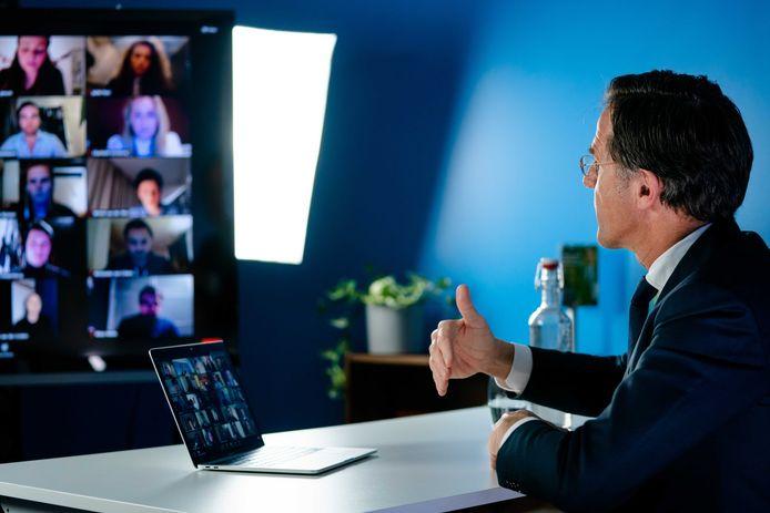 Demissionair premier Mark Rutte tijdens een online gesprek met studenten. De VVD-lijsttrekker voert in aanloop naar de Tweede Kamerverkiezingen meerdere digitale gesprekken met kiezers. Vanwege de coronacrisis gaat de VVD niet de straat op om campagne te voeren.