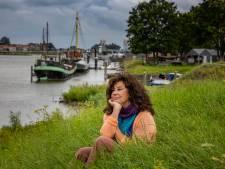 Ina (63) is weg uit Kampen, maar keert met IJssel in haar boek terug naar haar roots