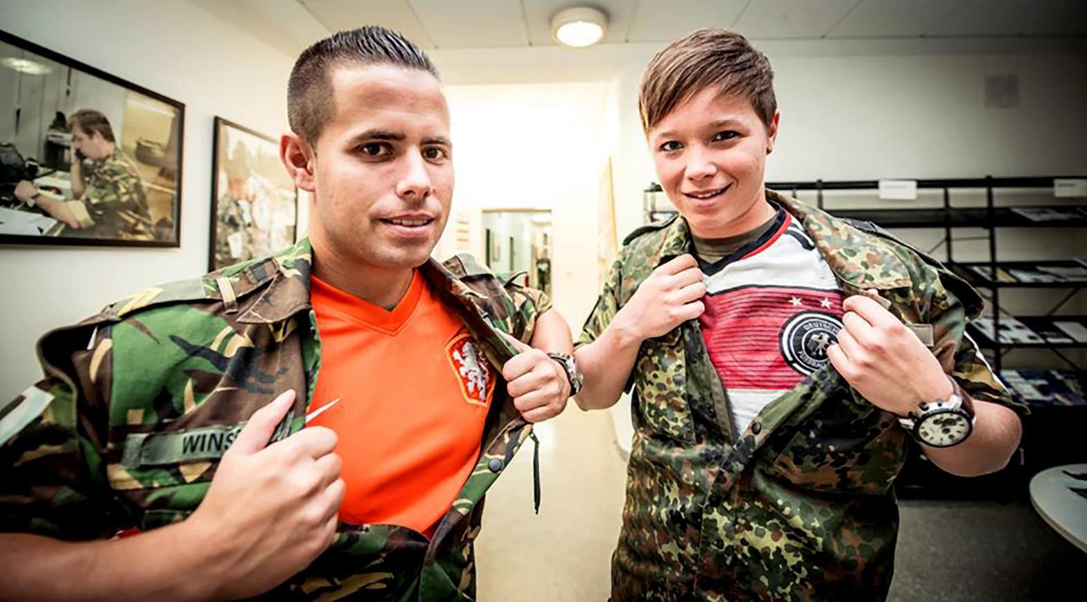 Nederlandse en Duitse militairen werken samen in het Duits-Nederlandse legerkorps, maar verloochen onder hun uniformen hun afkomst niet.