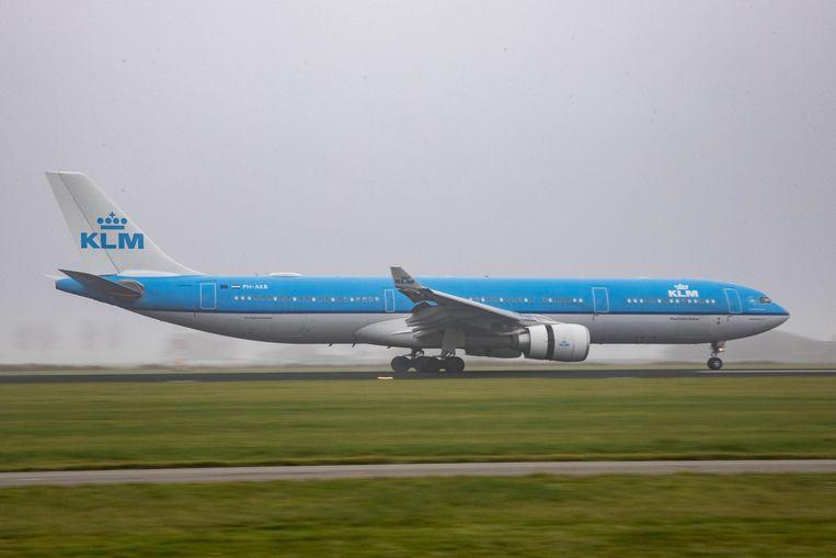 Een vliegtuig van KLM landt op Schiphol. Vanaf 2021 wil Nederland een belasting op vliegtuigtickets invoeren. Beeld Photo News
