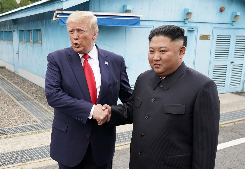 Trump en Kim schudden elkaar de hand in de bufferzone tussen Noord- en Zuid-Korea. Beeld REUTERS