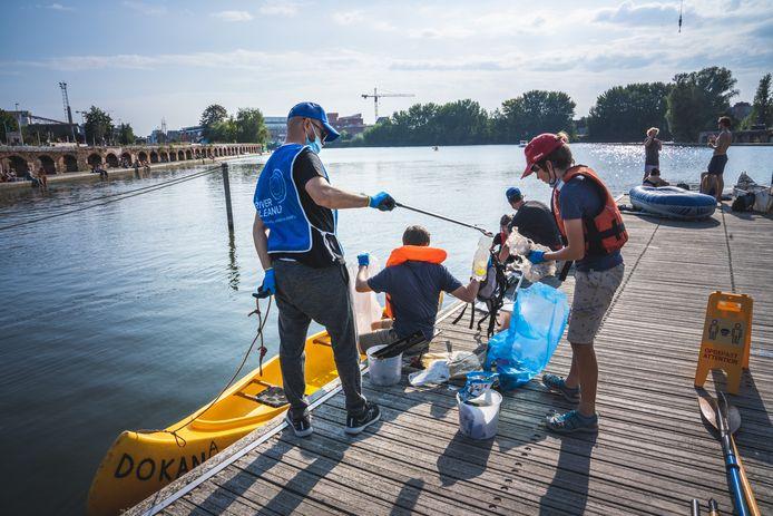 World Cleanup Day op de Gentse wateren: kano's komen aan bij het Kapitein Zeppospark.