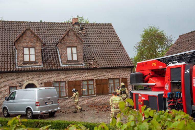 In de Termstraat in Laarne sloeg de bliksem in op een schouw. Beeld Didier Verbaere