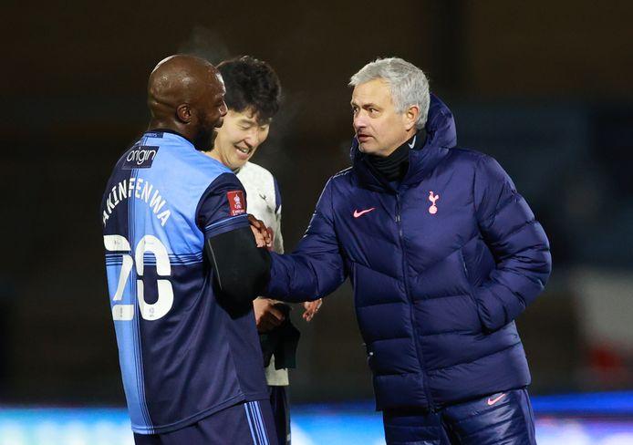 Mourinho in gesprek met cultheld Adebayo Akinfenwa.