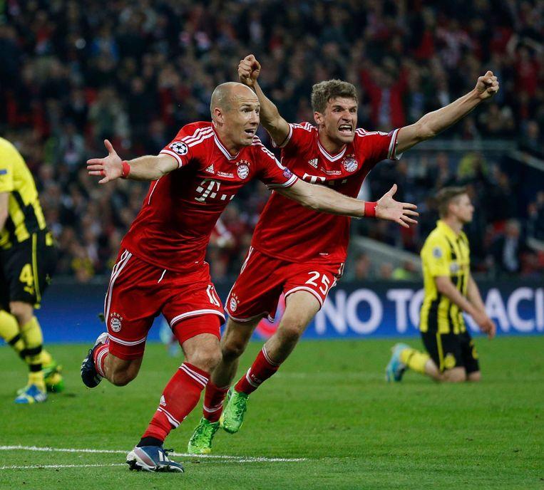 25 mei 2013: teamgenoten Robben en Müller vieren de Champions Leaguetitel, Bayern won van Borussia Dortmund. Beeld ap