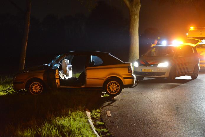 Auto tegen boom in Bavel