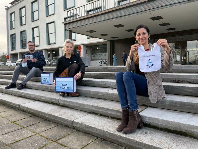 Schepen Hina Bhatti presenteert het unieke slabbetje voor de jonge Oostendenaars