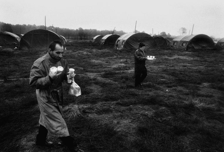 Honderden legertenten werden in de herfst van 1998 op de hei bij Ermelo opgezet om de stroom vluchtelingen op te vangen Beeld Bert Verhoeff