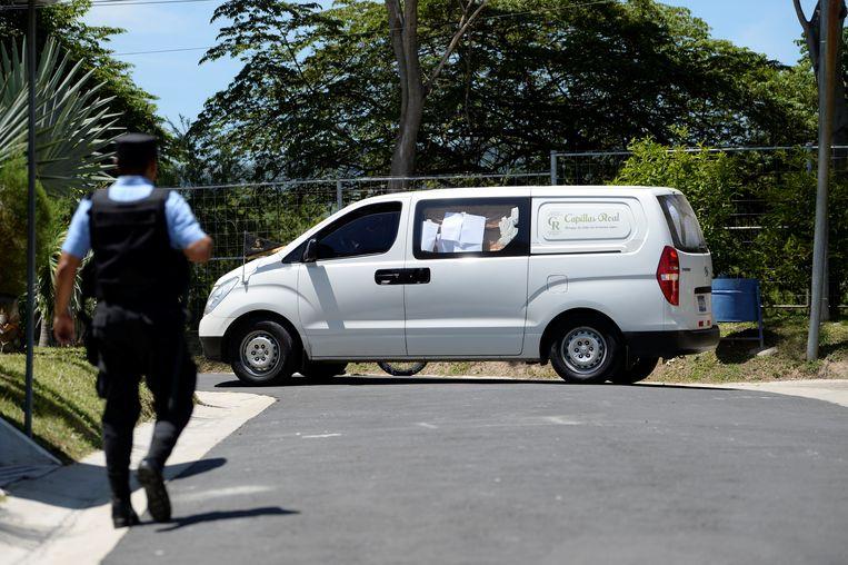 De lijkwagen met daarin de lichamen van de verdronken Oscar Alberto Martinez Ramirez en zijn dochtertje Valeria.
