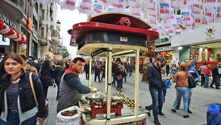 Eigenaren van souvenirwinkels in Istanbul hebben weinig klanten maar met de rest van de Turkse economie gaat het goed. Veel Turken zullen daarom 'evet' (ja) stemmen bij het referendum. Beeld null