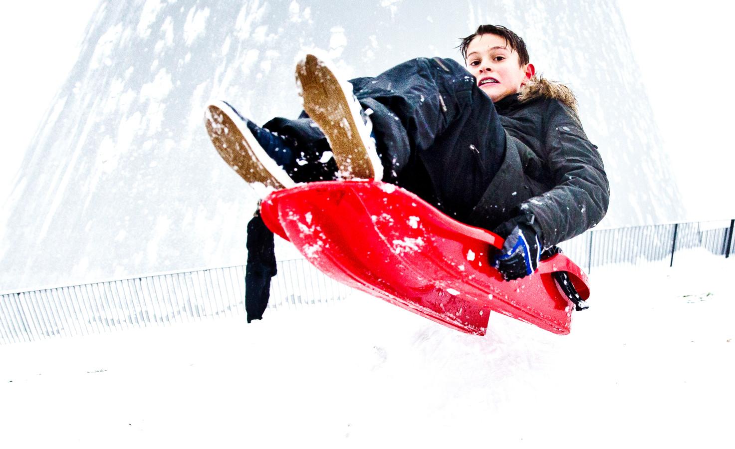 Op het dak van de TU Delft bibliotheek gleden in 2017 mensen naar beneden op ski's, snowboards, sleetjes en opblaasbare boten. Toen was er sprake van een pak sneeuw van zo'n 10 centimer.