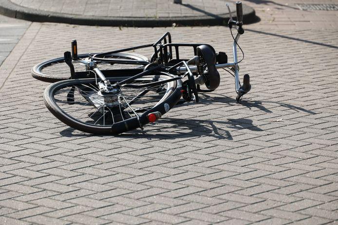 De fiets van het meisje dat gewond raakte op de Floris V-laan te Waalwijk. Ze is naar het ziekenhuis gebracht.