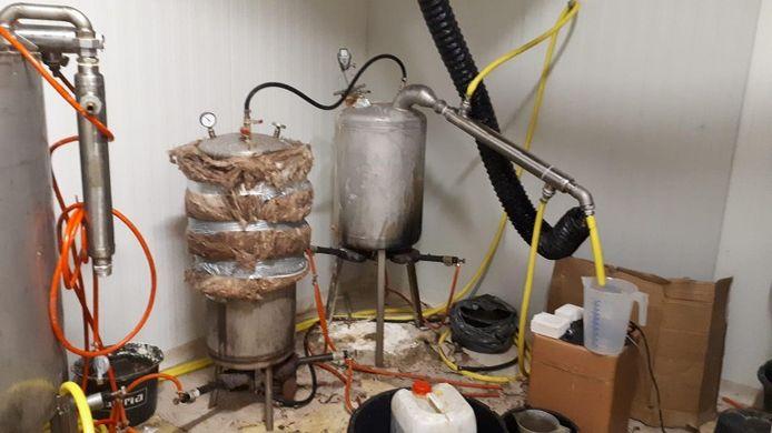 De politie deelde een foto van het gevonden drugslaboratorium in Leeuwarden.