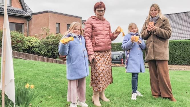 Magda, Lize, Marieke en Kelly supporteren vanuit hun voortuin in Kwaremont
