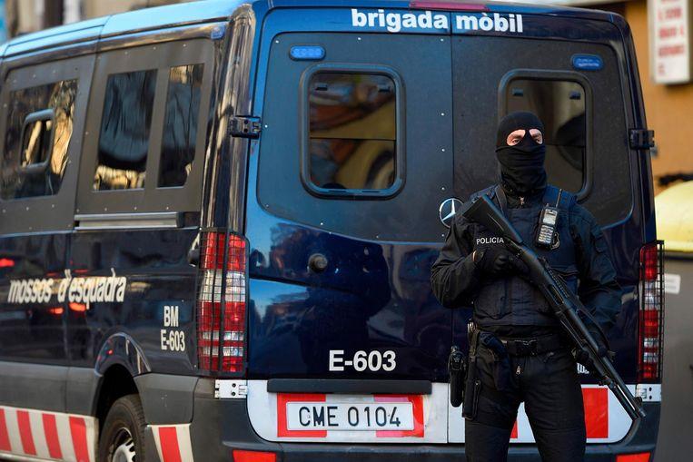 Een agent van de Mossos d'Esquadra in Barcelona (archiefbeeld). Beeld afp