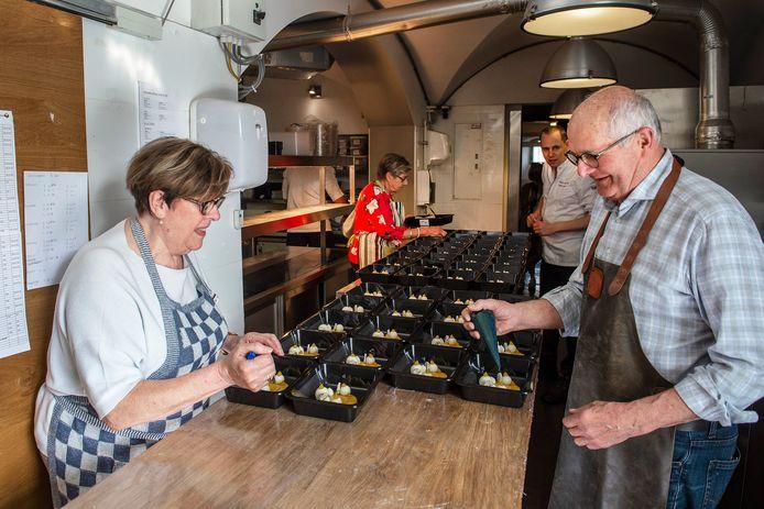 In de keuken van sterrenrestaurant Monarh helpen Ad (r) en Nel (l) Verhoeven mee met het bereiden van een gerecht. Op de achtergrond houdt chef-kok Paul Kappé een oogje in het zeil, linksachter Anny Oomen.