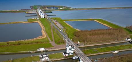 Flevoland: bruggen, sluizen en dijk naar Enkhuizen dicht vanwege harde wind