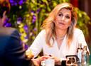 Koningin Maxima is in gesprek met voorzitter Klaas Knot en finalisten van de Koning Willem I prijs in de Beurs van Berlage.