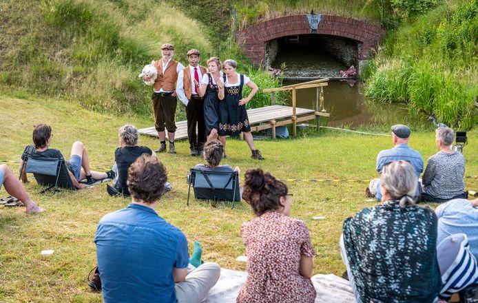 Theatercollectief Een Schone Dood speelt het absurdistische stuk 'In het gras' op de weide van Martin Jan van Mourik in Ravenstein, die het zijn Philips van Kleeftheater noemt.