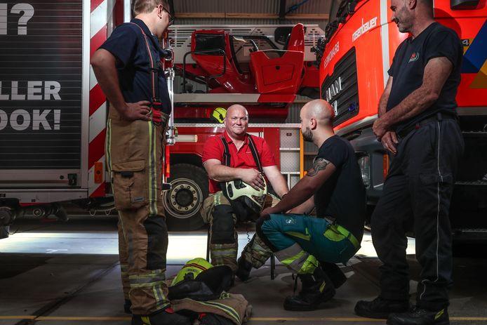 """Gino Foubert in de kleedkamer van de kazerne waar hij al zo'n 30 jaar vrijwilliger is. """"Ik zou me geen leven zonder de brandweer meer kunnen voorstellen. Het betekent alles voor me."""""""