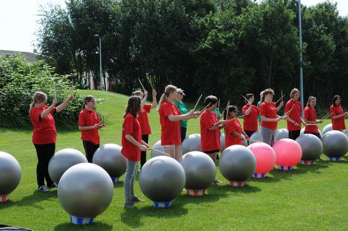 Drum's Alive is drummen op grote ballen, begeleid door moderne muziek.