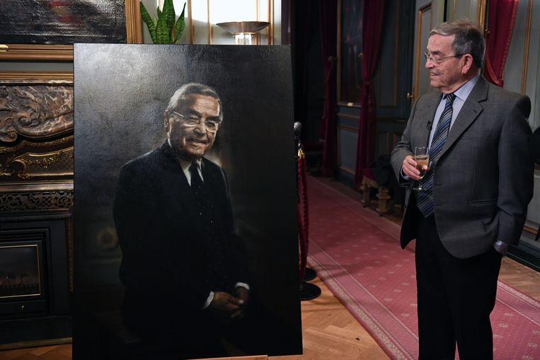 Hoewel Louis Tobback geen vragende partij was voor een schilderij kan er toch een goedkeurende glimlach af bij de Leuvense ereburgemeester.