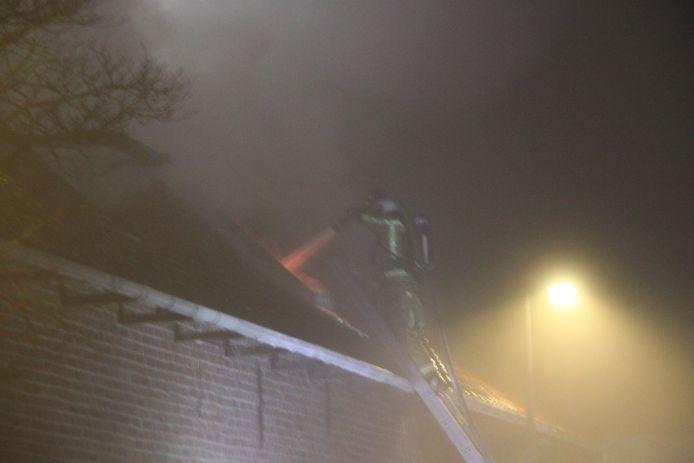 De brandweer viel de brand ook aan de achterkant van het jeugdhuis door het dak aan.