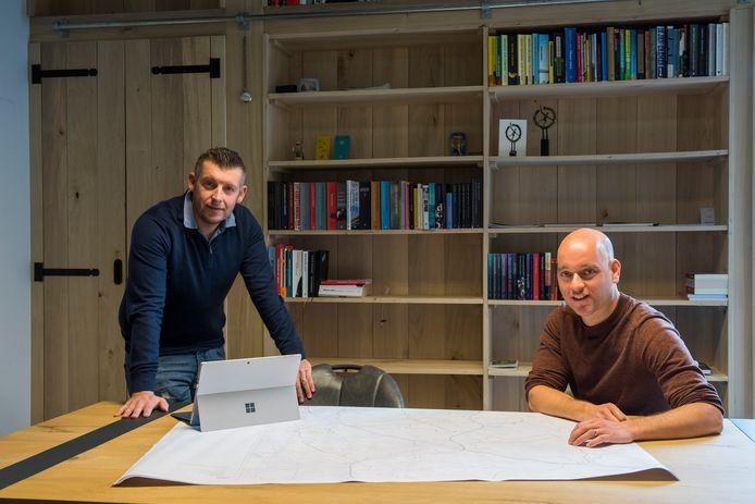 Paul Pijnenburg en Koen van Hout willen betaalbare huizen bouwen op vrijkomende boerenerven.
