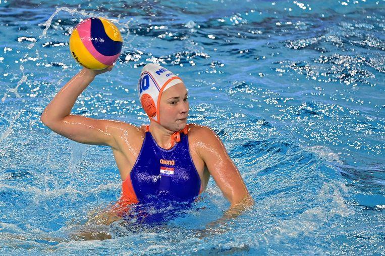 Waterpoloster Ilse Koolhaas tijdens het olympisch kwalificatietoernooi tegen Slowakije. Beeld ANP
