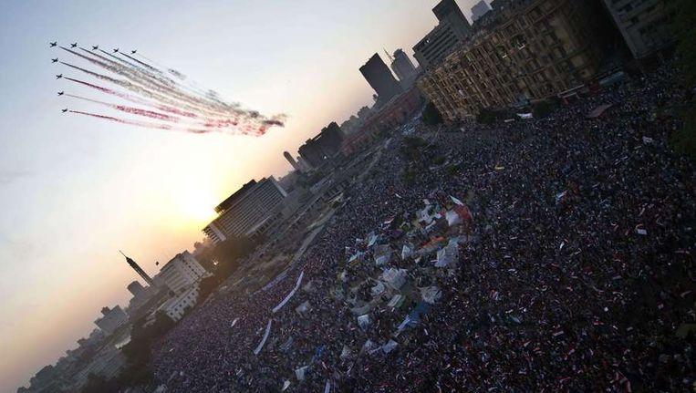 Legerstraaljagers vliegen boven het Tahrirplein en vormen de kleuren van de Egyptische vlag. Beeld afp