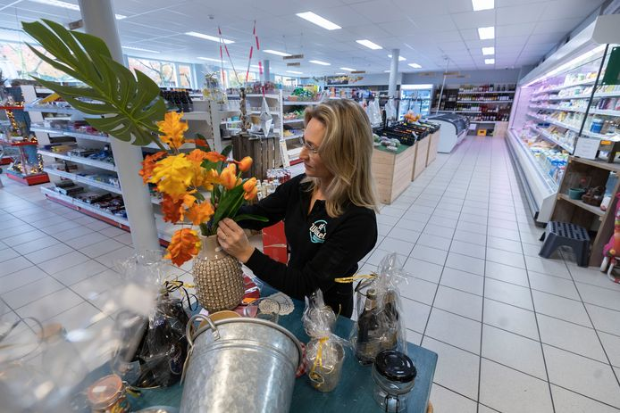 Naast levensmiddelen bevat De Winkel van Jolanda Vos ook cadeauartikelen.