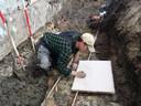 Archeoloog Robert Hoegen van Ex-situ archeologie aan het werk op de vindplek in Vianen.