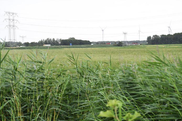 De windmolens op industrieterrein Weststad in Oosterhout, gezien vanuit Raamsdonksveer ter hoogte van de Huntingtonkliniek. Net als in Oosterhout-Noord is er ook in Raamsdonksveer veel weerstand tegen de komst van twee nieuwe hoge windmolens langs de A59 (op de voorgrond).