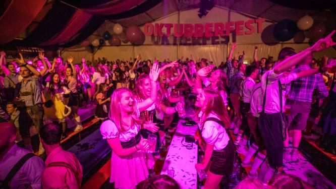 Oktubberfest breekt alle records: 1500 bezoekers gaan met bier en muziek uit hun dak in tent hartje Tubbergen