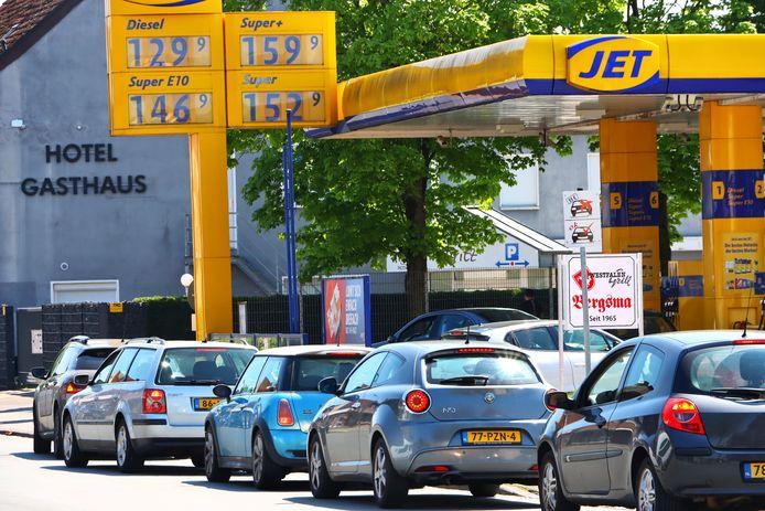 Nederlandse nummerborden bij een tankstation in Duitsland, net over de grens
