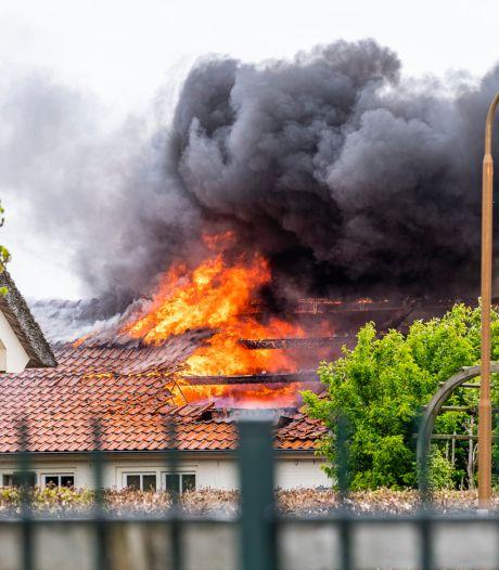 Schuur met appartementen volledig uitgebrand in Moergestel