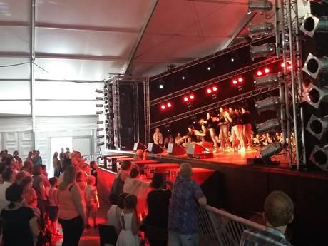 Volop swingende dansers op Kasteelfeestenpodium